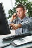 affärsmanskrivbord som pekar skärmen Royaltyfria Foton