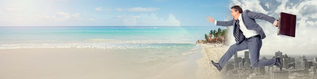 Affärsmanspring på stranden royaltyfri fotografi