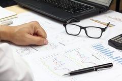 AffärsmanSummary rapport och finansiell analyserande huvudmarke Royaltyfria Bilder
