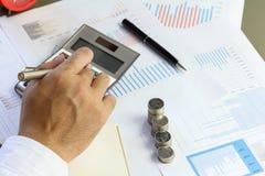 AffärsmanSummary rapport och finansiell analyserande pengarmarknad Arkivfoto