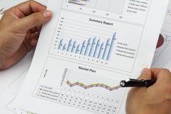 AffärsmanSummary rapport och finansiellt analyserande marknadsplan Arkivbilder