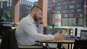 Affärsmansvarstelefonen och argumenterar, steadicam arkivfilmer
