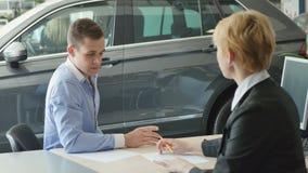 Affärsmantecken legitimationshandlingar på att köpa en bil arkivfilmer