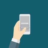 AffärsmanTyping On The Smart telefon med det QWERTY tangentbordet Royaltyfria Bilder