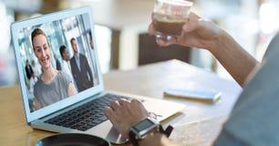 Affärsmanvideoconferencing med kollegan i regeringsställning Royaltyfria Foton