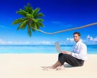 AffärsmanWorking Laptop Beach begrepp Arkivfoto
