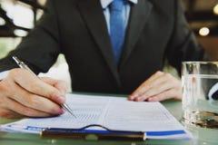 AffärsmanWriting Application Contract funktionsdugligt begrepp Royaltyfri Bild