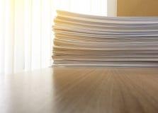 Affärsmappen dokumenterar den pappers- bunten på den wood tabellen för kontoret Fotografering för Bildbyråer