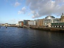 Affärsområde av Glasgow längs framdelen för flodClyde vatten Arkivfoton