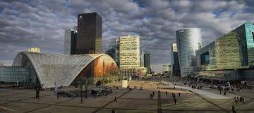Affärsområde i Paris med skyskrapaLaförsvar Arkivfoton
