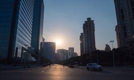 Affärsområde i solnedgångtid, moderna kontorsbyggnader, tvärgata royaltyfri fotografi