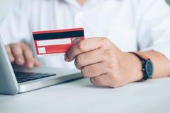 Affärsonline-shoppingbegrepp Folkshoppa och lön vid cre Royaltyfria Foton