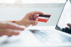 Affärsonline-shoppingbegrepp Folkshoppa och lön vid cre Royaltyfri Bild