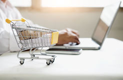 Affärsonline-shoppingbegrepp Folkshoppa och lön vid cre Fotografering för Bildbyråer