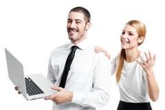 Affärspar med en modern bärbar dator Arkivbild