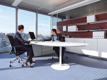 Affärspar som arbetar på kontor a Royaltyfri Fotografi