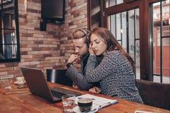 Affärspar som har den videopd appellen med bärbara datorn royaltyfri fotografi