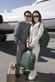 Affärspar som tillsammans står på flygfältet Royaltyfri Fotografi
