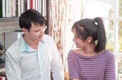 Affärsparet arbetar tillsammans hemma royaltyfri bild