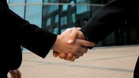 Affärspartner två skakar händer arkivfilmer