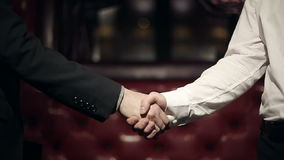 Affärspartnermän som gör en handskakning långsam rörelse