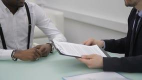 Affärspartners är det undertecknade avtalet i internationellt företag inomhus stock video