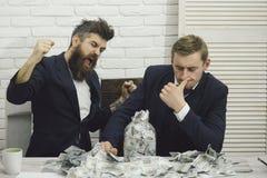 Affärspartners affärsmän på möte i regeringsställning Kassa utfärdar begrepp Ilsket skäggigt framstickande och kollega med kruset arkivfoton