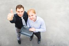 Affärspartners behas med dess framgång Arkivfoton