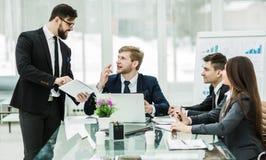 Affärspartners diskuterar vinsterna, innan de undertecknar det nya avtalet Royaltyfri Foto