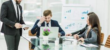 Affärspartners diskuterar vinsterna, innan de undertecknar det nytt, lurar Arkivfoton