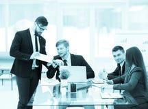 Affärspartners diskuterar vinsterna, innan de undertecknar en ny contr Royaltyfri Bild