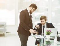 Affärspartners diskuterar vinsterna, innan de undertecknar en ny contr Royaltyfria Bilder
