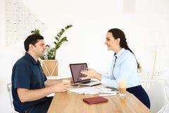 Affärspartners har ett möte i kontoret Arkivfoton