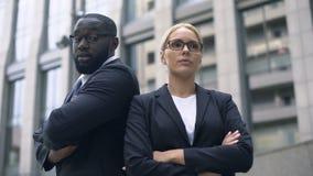 Affärspartners har motsättning i starten, konfrontation av idéer, rivalitet lager videofilmer