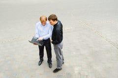 Affärspartners på gatan Royaltyfria Bilder