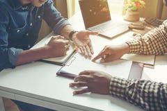 Affärspartners som diskuterar dokument och idéer på mötet arkivbilder