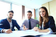 Affärspartners som diskuterar dokument och idéer på mötet Royaltyfri Foto
