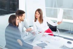 Affärspartners som diskuterar idéer eller projekt på att möta i regeringsställning fotografering för bildbyråer