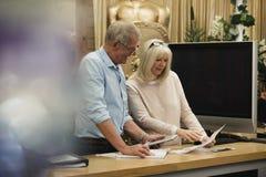Affärspartners som diskuterar skrivbordsarbete Royaltyfri Fotografi