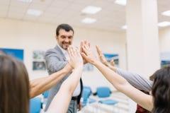 Affärspartners som ger sig höga fem på en suddig bakgrund Kontorsenhetbegrepp royaltyfri foto