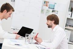 Affärspartners som har en idékläckningperiod Arkivfoto