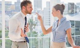 Affärspartners som har ett upphettat argument Arkivbild