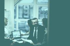 Affärspartners som kopplas in i dialog i ett modernt kontor arkivbilder