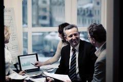 Affärspartners som kopplas in i dialog i ett modernt kontor royaltyfria bilder