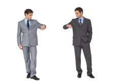 Affärspartners som lutar på kopieringsutrymme som ner ser Arkivfoton