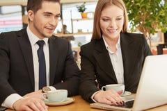 Affärspartners som möter på kafét Arkivfoton