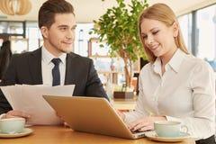 Affärspartners som möter på kafét Arkivfoto