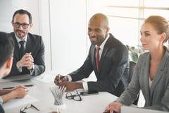Affärspartners som ombord diskuterar av direktörer arkivfoto