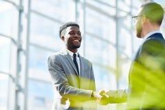 Affärspartners som skakar händer på lyckat avtal arkivfoton