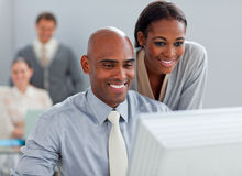 Affärspartners som tillsammans fungerar på en dator arkivfoton